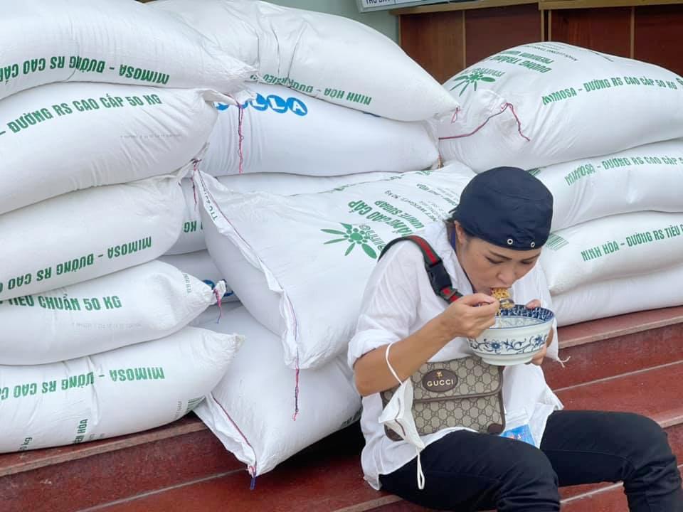 Công việc dày đặc, di chuyển liên tục nên Phương Thanh tận dụng thời gian nghỉ hiếm hoi, ăn vội tô mỳ lấy sức.