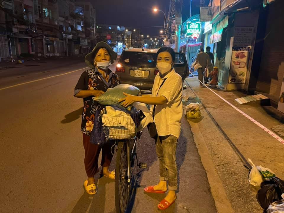 Phương Thanh cho biết cô không kêu gọi quyên góp tiền, chỉ nhận vật phẩm hỗ trợ từ các nhà hảo tâm. Từ đó, cô nhanh chóng triển khai phân chia, gửi tặng bà con lao động nghèo.