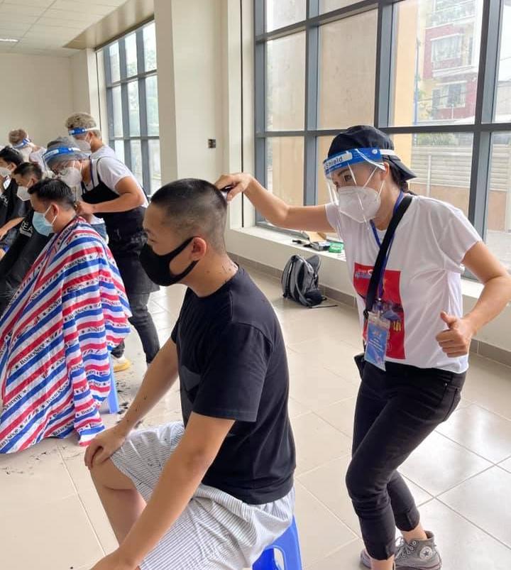 Thời điểm tháng 6, Phương Thanh là một trong những nghệ sĩ đầu tiên tham gia công tác hỗ trợ TP HCM chống dịch. Cô cùng các tình nguyện viên phụ giúp đội ngũ y tế xét nghiệm, tiêm vaccine hay thậm chí cắt tóc cho người dân trong khu cách ly.