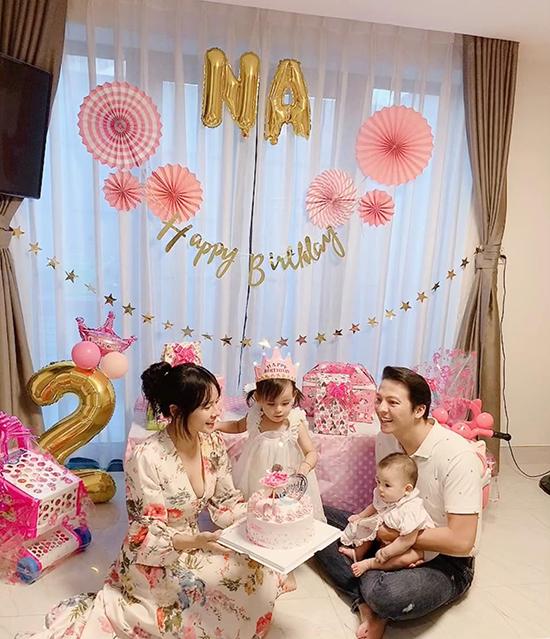 Bốn thành viên gia đình nam diễn viên Mộng phù hoa quây quần hôm sinh nhật hai tuổi của bé Na.