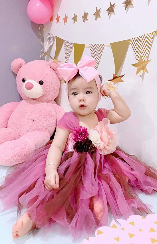 Bé Nếp, con gái thứ hai của Dương Hoàng Anh, vừa đón sinh nhật tròn một tuổi hôm mùng 2/8. Tiểu công chúa được mẹ diện cho hai chiếc váy điệu đà để chụp ảnh kỷ niệm.