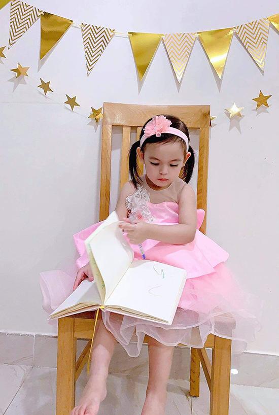 Trong tiệc thôi nôi của em gái, bé Na - con gái đầu lòng của Dương Hoàng Anh - cũng diện váy hồng và đeo bờm cùng màu trông như một nàng công chúa.