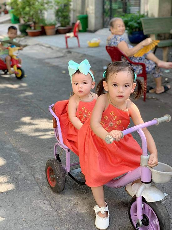 Hai chị em Na và Nếp được mẹ cho mặc áo đôi, cùng nhau đạp xe hồi tháng tư, trước khi dịch bùng phát trở lại.