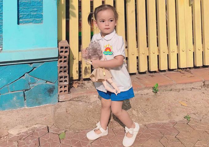 Con gái đầu lòng của Dương Hoàng Anh xinh xắn trong bộ đồng phục. Nam diễn viên chia sẻ, vợ anh từng khóc thút thít vì thương con trong ngày đầu tiên bé đến trường.
