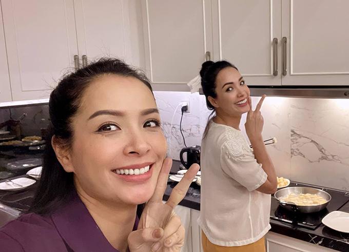 Chị em Thuý Hằng - Thuý Hạnh ngày ngày vào bếp nấu ăn cho gia đình.