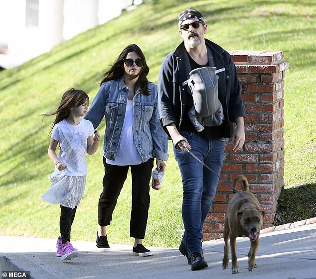 Steve Kazee địu con đi dạo với Jenna và bé Everly.