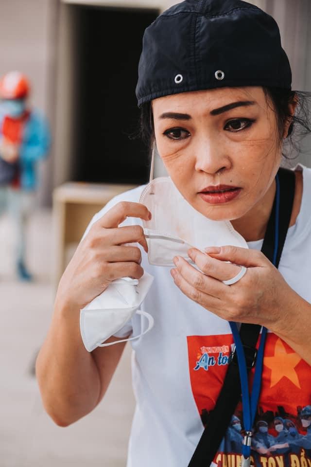 Gương mặt Phương Thanh in hằn vết dây khẩu trang.