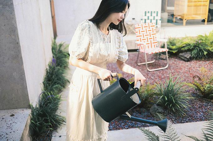 Những chiếc tạp xề điệu đà theo đúng style cổ điển mang lại hình ảnh xinh xắn cho bạn gái khi làm việc nhà.