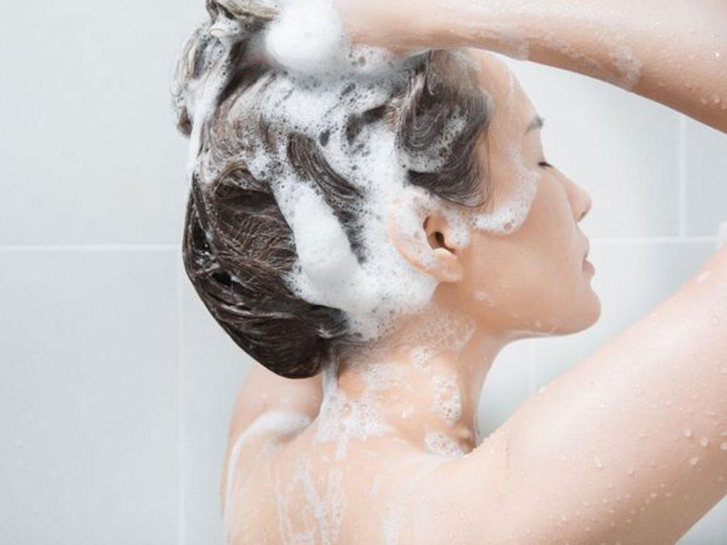 Cần đánh bọt dầu gội trước khi thoa lên tóc để pha loãng hóa chất, giảm thiểu tác hại lên tóc.