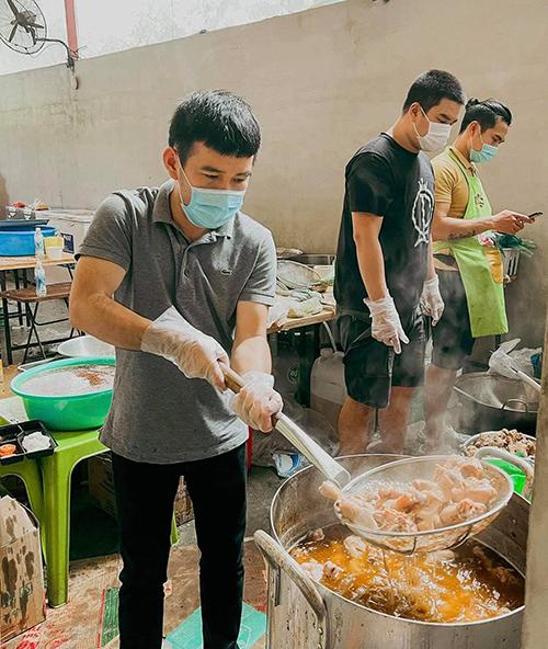 Nhà thiết kế Lê Thanh Hoà hăng hái tham gia làm việc tại bếp từ thiện của câu lạc bộ Suối mát từ tâm.