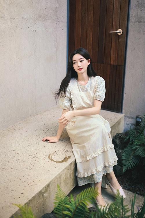 Đầm cổ điển, phom liền thân, dáng dài được thể hiện đa dạng với nhiều mẫu cổ áo trang nhã giúp tủ đồ của mùa thu của phái đẹp thêm đa dạng.
