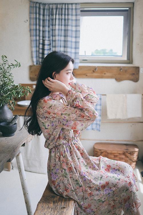 Váy chiffon in hoa với những tông màu tươi sáng sẽ giúp các bạn gái tôn nét duyên dáng trong những ngày giao mùa.