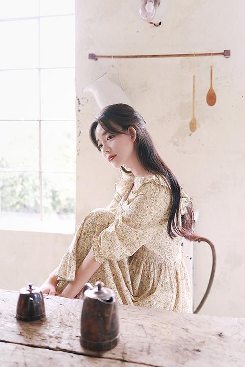 Chất liệu vải chiffon lụa với độ rũ vừa phải, mềm mại sẽ mang lại sự thoải mái cho bạn gái trong những ngày chớm thu.