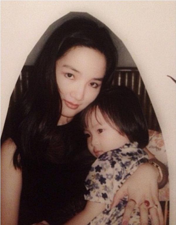 Nhân dịp sinh nhật tuổi 27 của con gái, Hoa hậu Đền hùng Giáng My chia sẻ những khoảnh khắc tuổi thơ con gái.