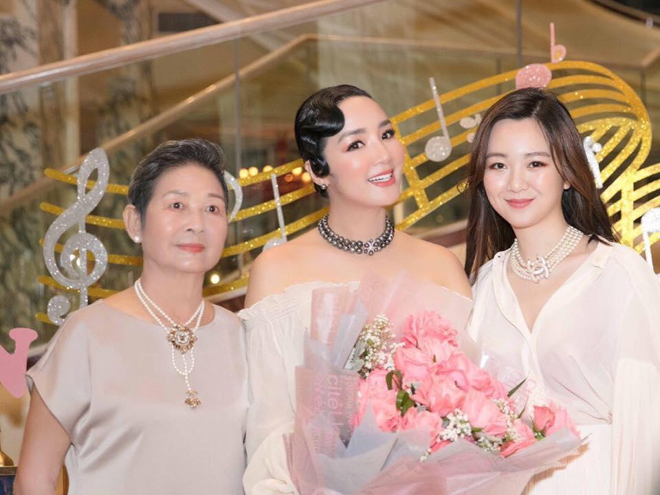 Ở tuổi trưởng thành, Anh Sa thêm phần xinh đẹp và có gu thời trang sang trọng. Nhiều ý kiến cho rằng nếu Anh Sa tham gia nghệ thuật, cô sẽ trở thành một mỹ nhân nổi tiếng cùa showbiz Việt bởi nhan sắc cuốn hút.