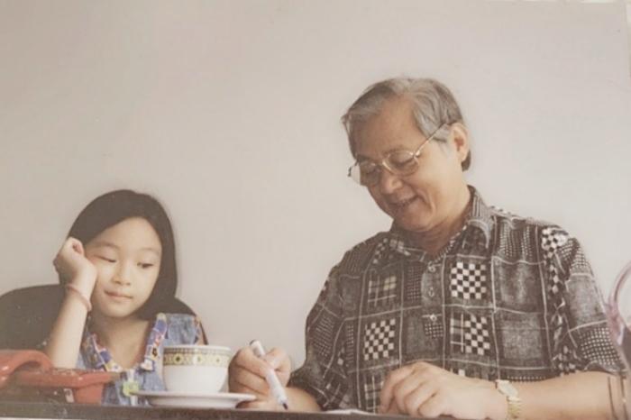 Ái nữ chăm chú trò chuyện cùng ông ngoại.
