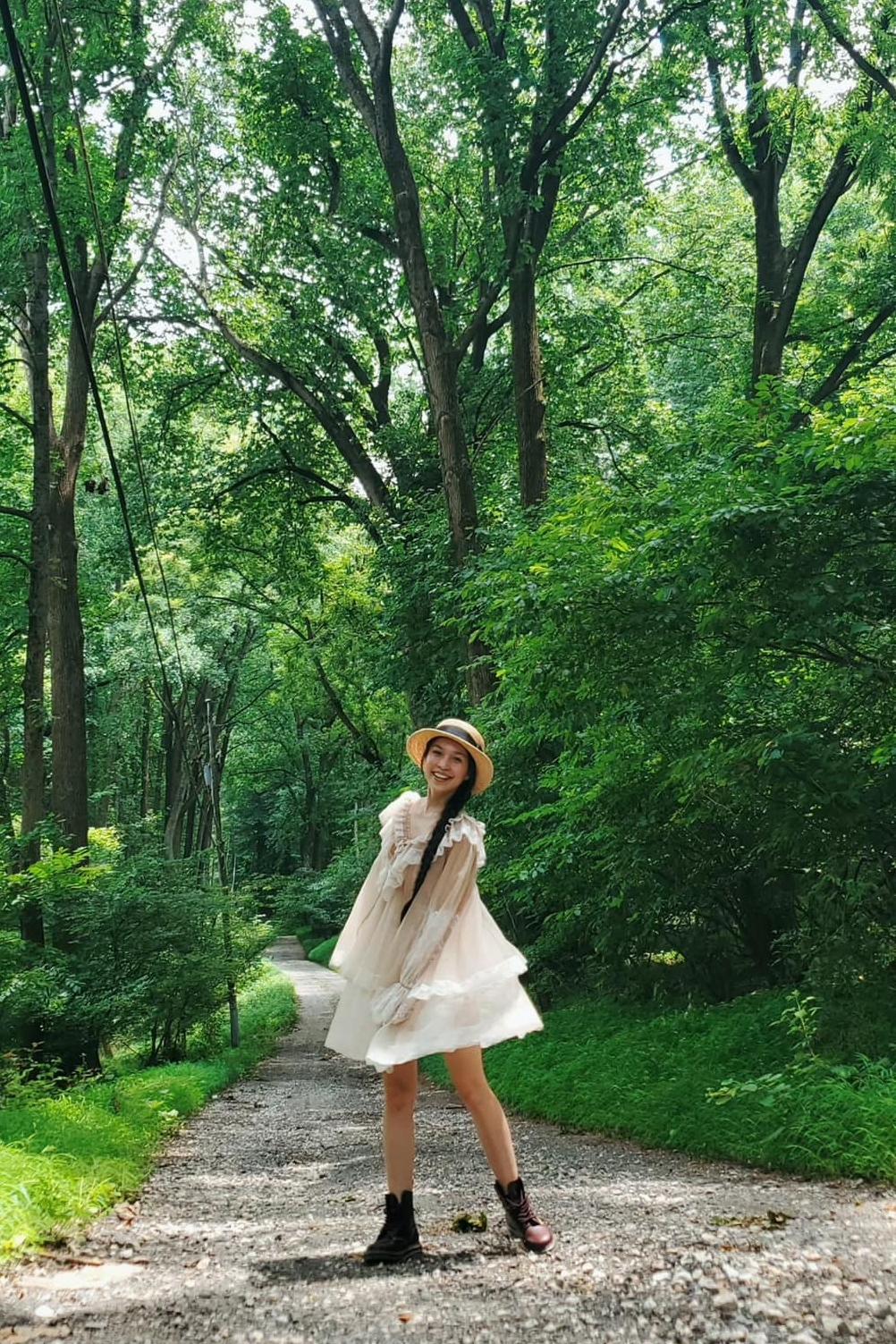Là người yêu cái đẹp, Hiền Thục đắm mình trong khu rừng xanh mát, lãng mạn mà cô đặt chân đến.