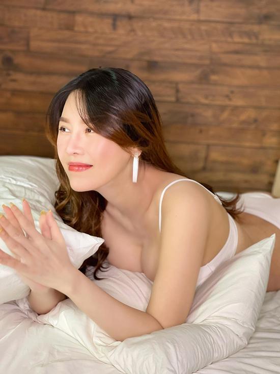 Bận rộn chăm con nhưng Quế Vân vẫn giữ được thần thái rạng rỡ. Chia sẻ với Ngoisao.net, cô cho biết mình có hai người phụ giúp nhưng gần như không để ai đụng đến em bé mà tự mình làm hết mọi việc nên cũng phải thức đêm nhiều.