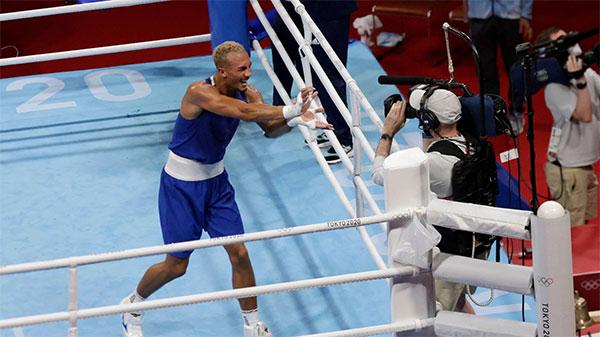 Tay đấm người Anh gây ấn tượng với màn ăn mừng bắt chước nhân vật truyện tranh Son goku trong 7 viên ngọc rồng sau khi đánh bại Khataev của Olympic Nga ở bán kết hôm cuối tuần. Ảnh: Reuters