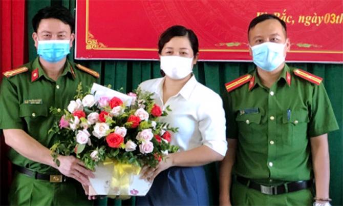 Chị Hoa (giữa) nhận hoa khen thưởng từ lãnh đạo Công an huyện Kỳ Anh, ngày 5/8. Ảnh: Công an cung cấp