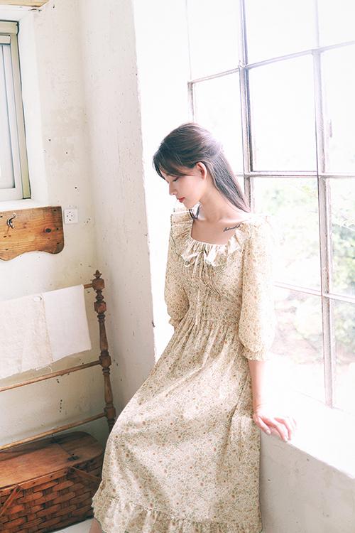 Váy in hoa li ti thêm phần xinh xắn bởi cách bố trí bèo nhún, dây rút và xếp ly nhuyễn một cách ngẫu hứng cho vùng eo thon.