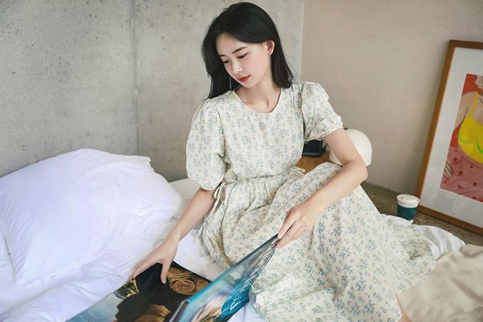 Khi ở nhà, phái đẹp không cần phải mất quá nhiều thời gian để mix-match áo quần. Thay vào đó, các mẫu đầm liền thân, phong cách cổ điển luôn mang tính tiện lợi cao.