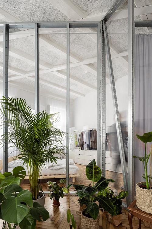 Đi tiếp, bạn sẽ đến cánh cửa thứ hai của căn hộ, trong đó phân chia phòng ngủ với phòng khách lớn bởi một cây đàn piano, khu vườn bên trong. Chúng tôi thích chiều sâu không gian mà chúng tôi tạo ra trong căn hộ. Chúng tôi muốn có cơ hội nhìn xuyên qua nhiều lớp không gian hơn, nhóm kiến trúc sư kể.