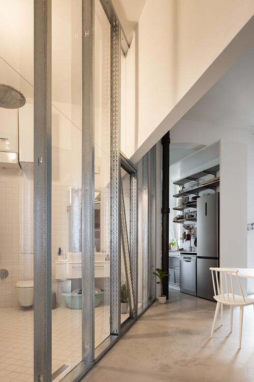 Ở bên phải là một vách ngăn dài trong suốt xác định phòng tắm.