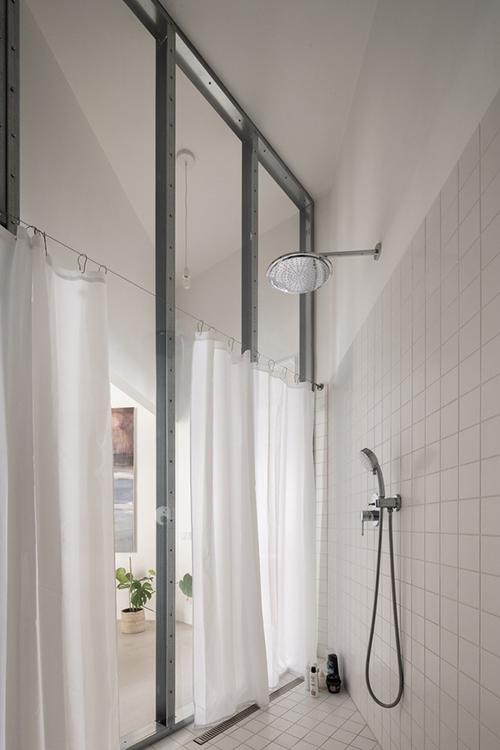 Phòng vệ sinh xéo góc dựa theo không gian căn hộ.