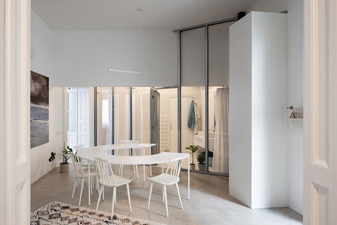 Khu vực ăn uống cũng chính là trung tâm ngôi nhà, kết nối với nhiều không gian khác nhau.