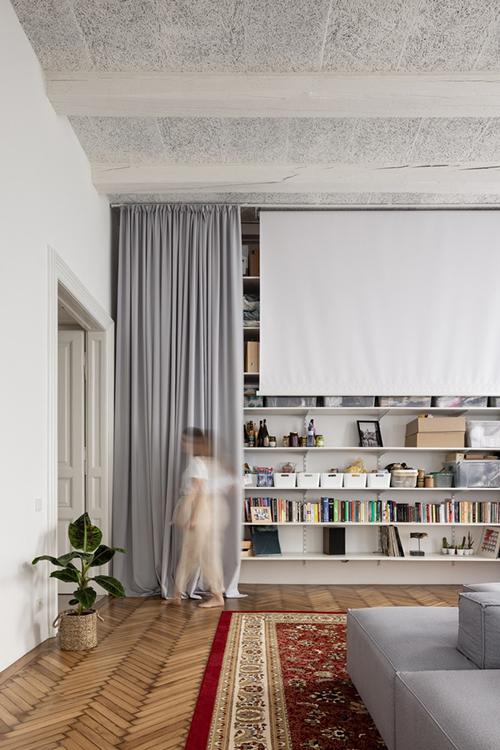Các không gian của căn hộ được xác định đơn giản với các vách ngăn trong suốt có rèm che, cho phép bạn cảm nhận và tận hưởng toàn bộ chiều sâu của không gian, nhưng đồng thời cũng mang lại sự gần gũi nếu muốn. Phòng khách có cả màn chiếu để phục vụ nhu cầu giải trí.