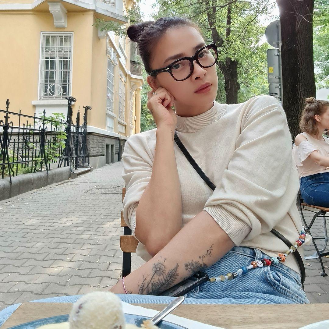 Ngô Thanh Vân bị chỉ trích vì khoe ảnh check in cà phê với tình trẻ - 2