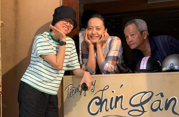 NSƯT Quốc Trọng cùng diễn viên Hồng Ánh, đạo diễn Võ Thạch Thảo tại bối cảnh tiệm giày.
