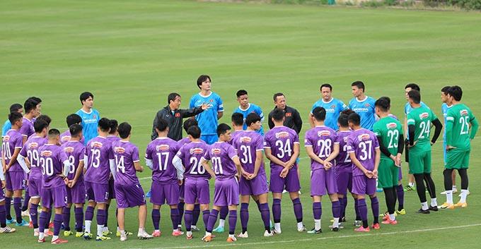 HLV Park Hang-seo đang cách ly, trợ lý Lee Young-jin điều khiển khiển buổi tập của tuyển Việt Nam.