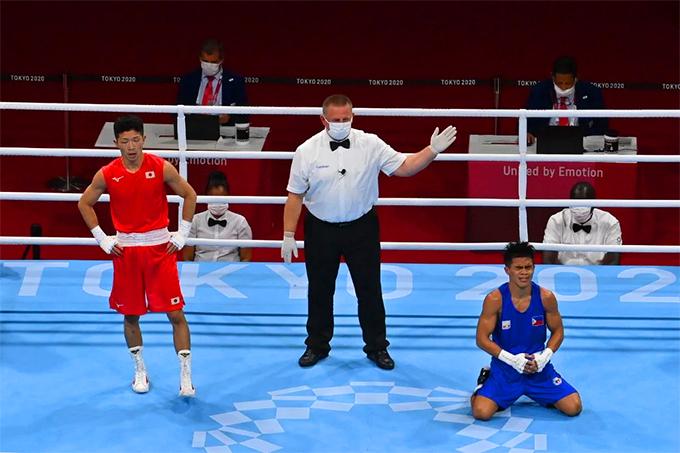 Carlo Paalam (xanh) giành chiến thắng tuyệt đối trước Ryomei Tanaka ở trận bát kết hạng ruồi của nam môn boxing, Olympic Tokyo 2020. Ảnh: AFP.