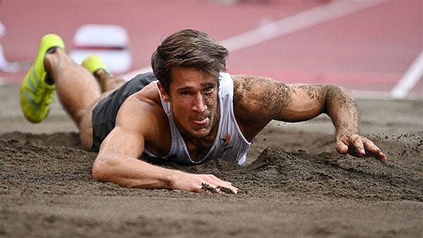 Thomas van der Plaetsen bị ngã úp mặt vào hố cát, sớm chia tay Olympic Tokyo khi mới thực hiện được hai trong số 10 phần thi. Ảnh: Reuters.