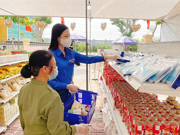Hoa hậu Đỗ Thị Hà làm tình nguyện viên hỗ trợ người dân có hoàn cảnh khó khăn đến mua hàng tại siêu thị 0 đồng ở Hà Nội.