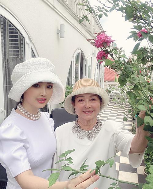 Giáng My và mẹ lên đồ sang chảng rủ nhau tắm nắng và chụp ảnh bên vườn hồng trong khuôn viên biệt thự của gia đình.