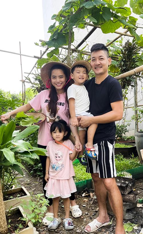 Vợ chồng Hải Băng - Thành Đạt và các con thích thú khi thăm vườn rau nhà trồng.