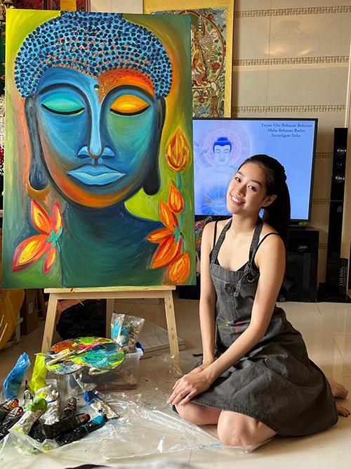 Hoa hậu Khánh Vân khoe tranh tự vẽ và cầu cho thế giới bình an, hạnh phúc.