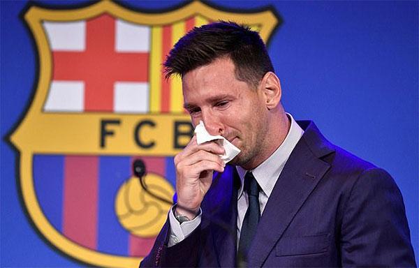 Messi liên tục lau nước mắt trong buổi họp báo chia tay. Ảnh: AFP.