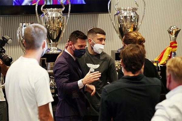 Đồng đội Jordi Alba và Griezmann an ủi Messi. Ảnh: Reuters.