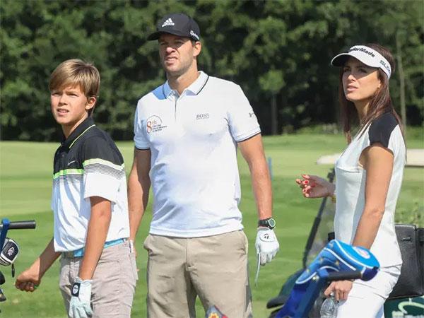 Cựu danh thủ Ballack trong một lần đi chơi golf cùng con trai Emilio và bạn gái Natacha vài năm trước. Ảnh: The Sun.