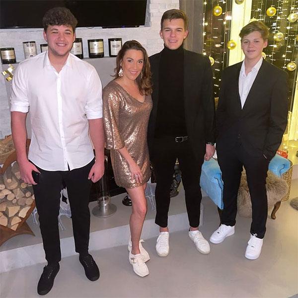 Emilio (thứ ba từ trái sang) bên mẹ và anh trai Louis (ngoài cùng bên trái) và em trai Jordi trong ảnh đón năm mới 2021. Ảnh: Instagram.