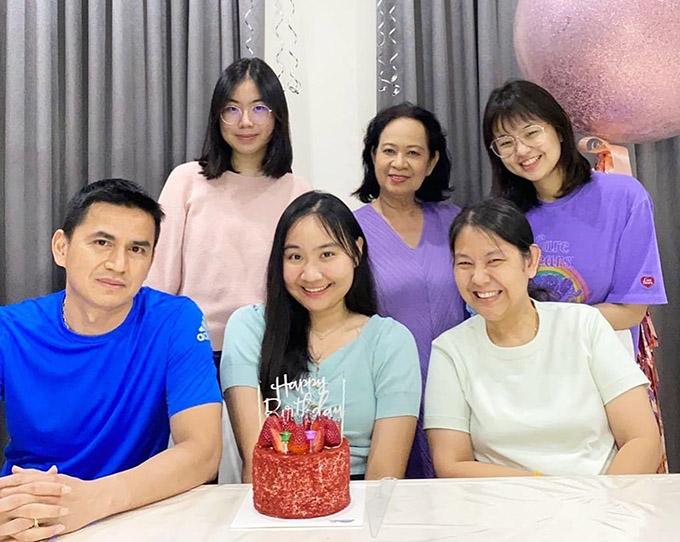 Kiatisuk đã hơn 8 tháng chưa được gặp vợ con. Ảnh: KS.