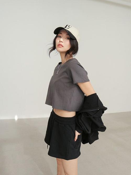 Phối hợp khéo léo sắc màu của quần short thun và các kiểu áo crop-top, người mặc nhanh chóng có được set đồ đơn giản, phù hợp với những ngày ở nhà tránh dịch.