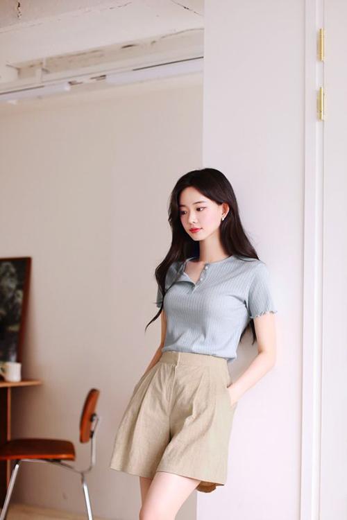 Những cô nàng điệu đà có thể chọn nhiều mẫu quần short ống rộng hợp xu hướng để mix cùng áo dệt kim mỏng, áo thun ôm.