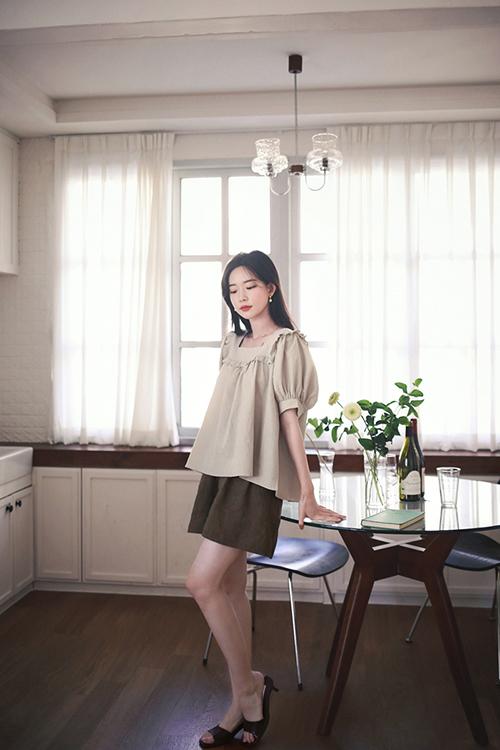 Quần short ống rộng và áo blouse cho các tín đồ của vải linen và tôn thờ trường phái thời trang thân thiện môi trường.