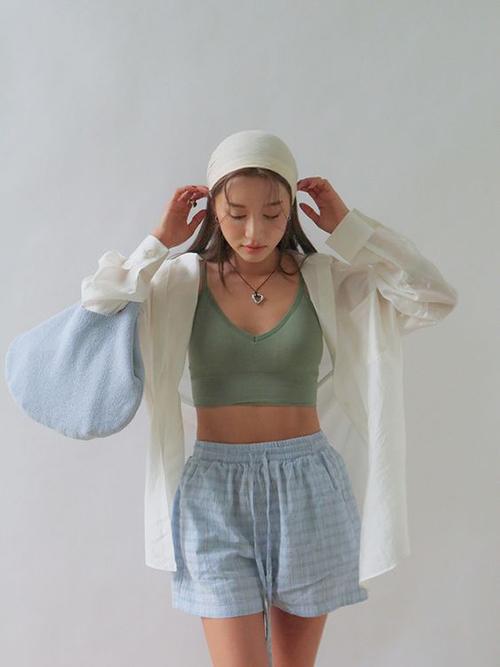 Bên cạnh quần thun co giãn đa chiều, những mẫu quần cotton, vải thô cũng là trang phục phù hợp với không khí chuyển mùa.