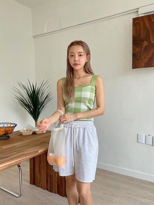Quần short thun thông dụng còn có thể mix cùng các mẫu áo hai dây, sát nách để thoả sức làm mọi việc vặt trong nhà.